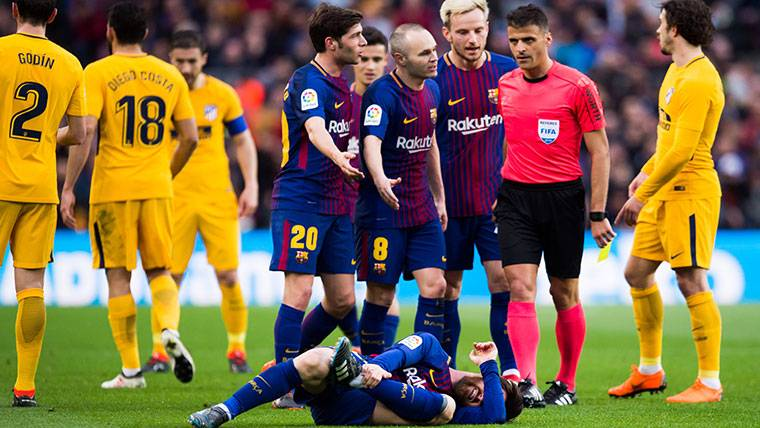 La amarilla a Messi que desató la ira de los jugadores del Barça