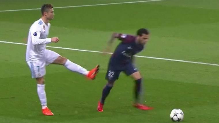 Cristiano soltó la pierna para intentar dar una patada a Alves
