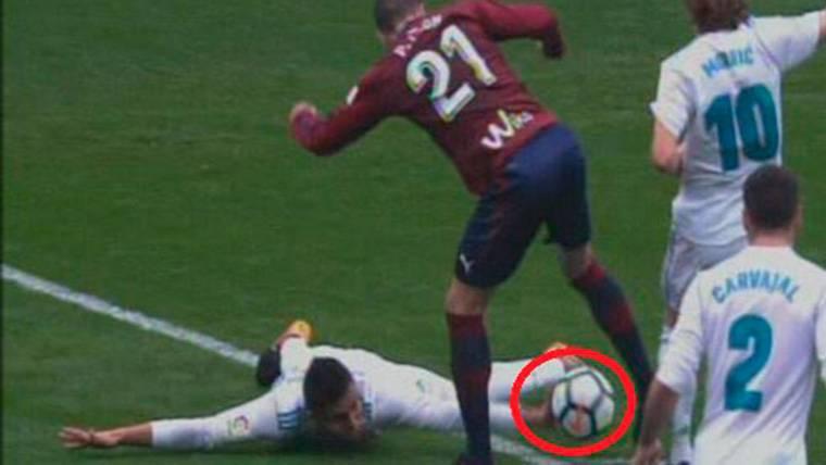 POLÉMICA: ¡Perdonan al Real Madrid un penalti de Casemiro!