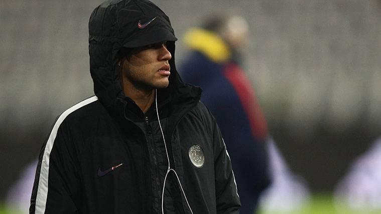 Neymar en un calentamiento con el Paris Saint-Germain