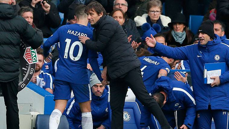 Eden Hazard y Antonio Conte se saludan tras una sustitución