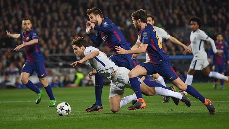 Skomina no picó: Marcos Alonso pidió un penalti más que dudoso