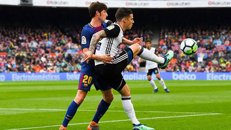 Sergi Roberto y Santi Mina pugnan por un balón