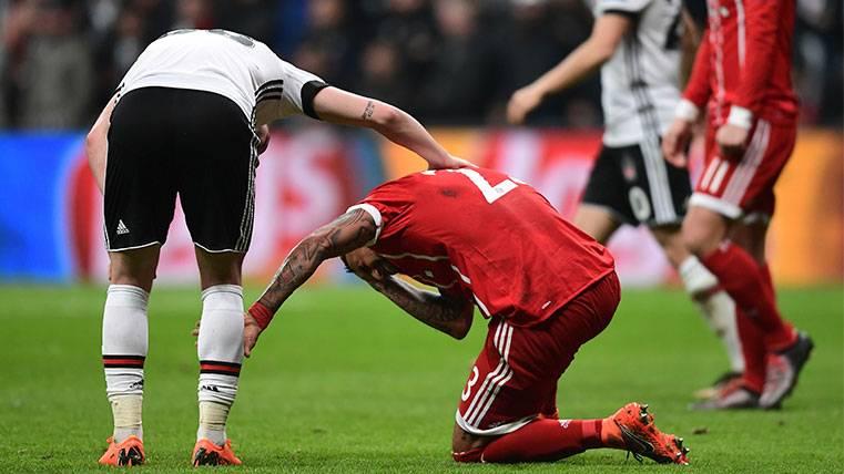Arturo Vidal se duele tras una acción del Besiktas-Bayern de Múnich
