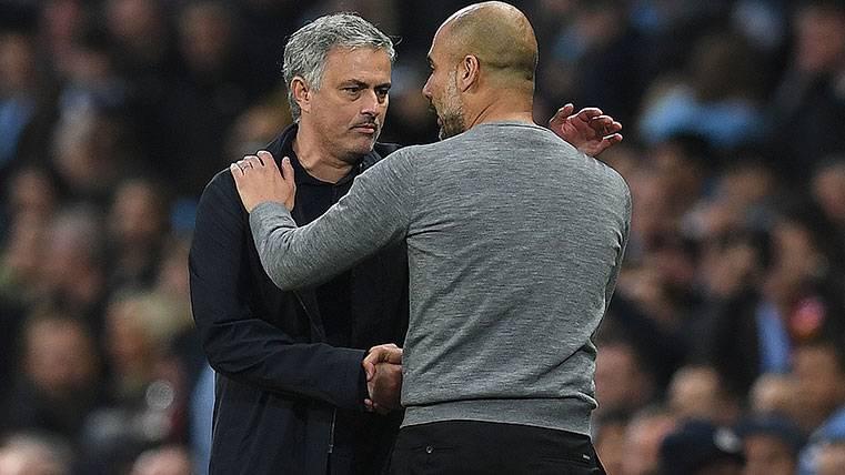José Mourinho y Pep Guardiola se saludan tras un derbi de Manchester