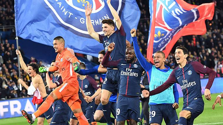 Los jugadores del PSG celebran el título de la Ligue 1