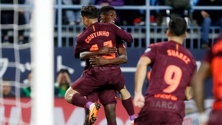 Ousmane Dembélé y Philippe Coutinho celebran un gol del FC Barcelona