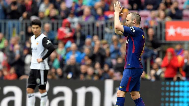 Andrés Iniesta aplaude al Camp Nou durante una sustitución