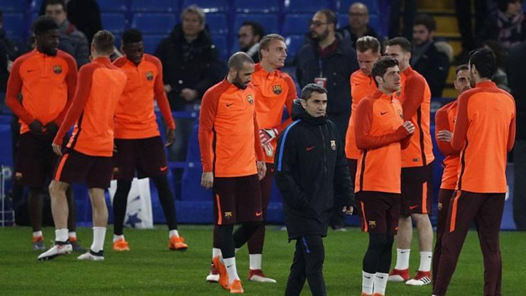Ernesto Valverde y sus jugadores, durante un entrenamiento del FC Barcelona