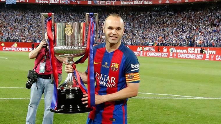 Andrés Iniesta, levantando la última Copa del Rey del FC Barcelona