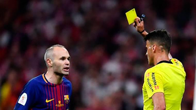 La anécdota de Iniesta con el árbitro tras ver la amarilla