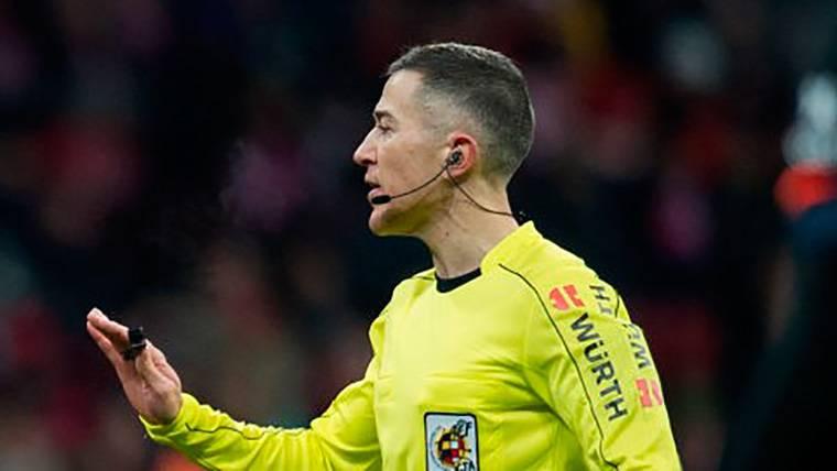 ESCÁNDALO: El árbitro que anuló un gol legal a Leo Messi benefició al Real Madrid