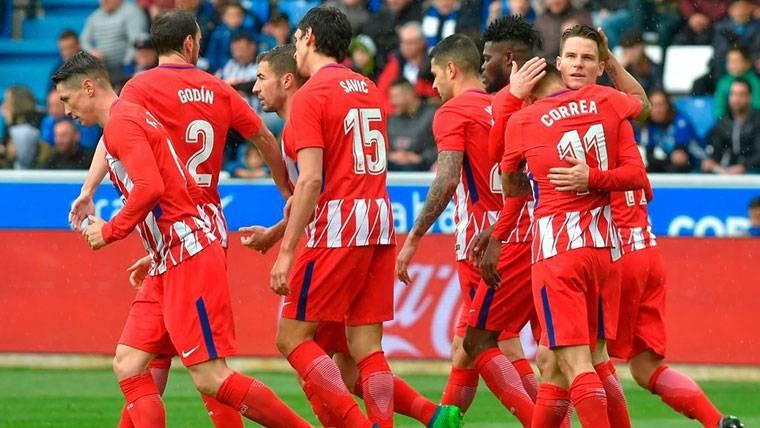 El Atlético gana al Alavés (0-1) y sigue segundo en LaLiga