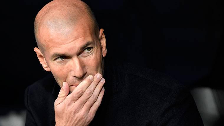 Zinedine Zidane cede a la presión y ya piensa en el once de gala para el Clásico