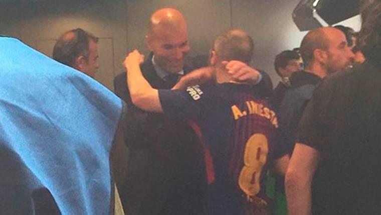 Gesto de nobleza y abrazo de Zidane a Iniesta tras el Clásico
