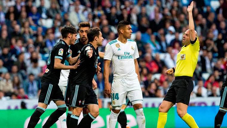 POLÉMICA: ¡Penalti no pitado de Casemiro y gol anulado al Celta en la misma acción!