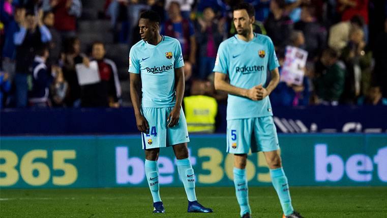 Yerry Mina y Sergio Busquets en un partido del FC Barcelona