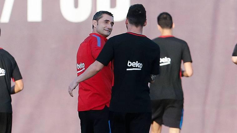 Ernesto Valverde y Leo Messi en un entrenamiento del FC Barcelona