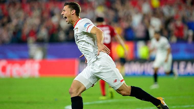 Clément Lenglet celebra un gol con el Sevilla