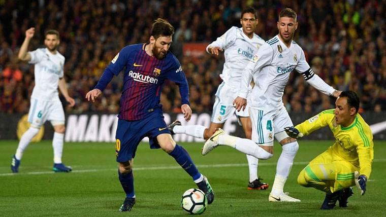 Leo Messi, intentando batir a Keylor Navas contra el Real Madrid