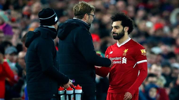 Jürgen Klopp, charlando con Mohamed Salah durante un partido
