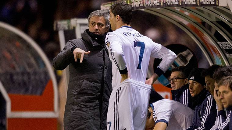José Mourinho y Cristiano Ronaldo en un partido de LaLiga