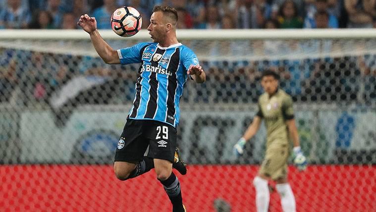 Arthur en un partido con el Gremio de Porto Alegre