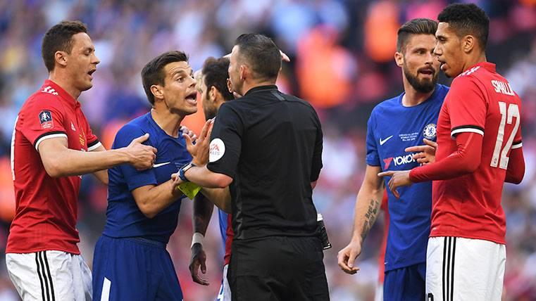 ¡El árbitro del Madrid-Juventus la vuelve a liar en la final de la FA Cup!