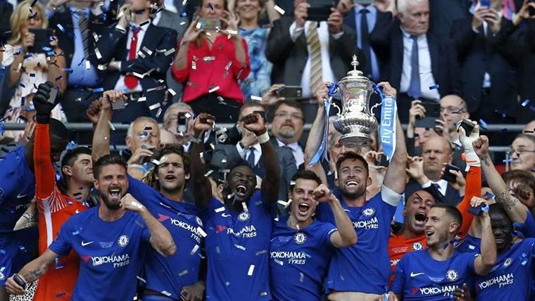 La mejor versión de Hazard quita otro título a José Mourinho