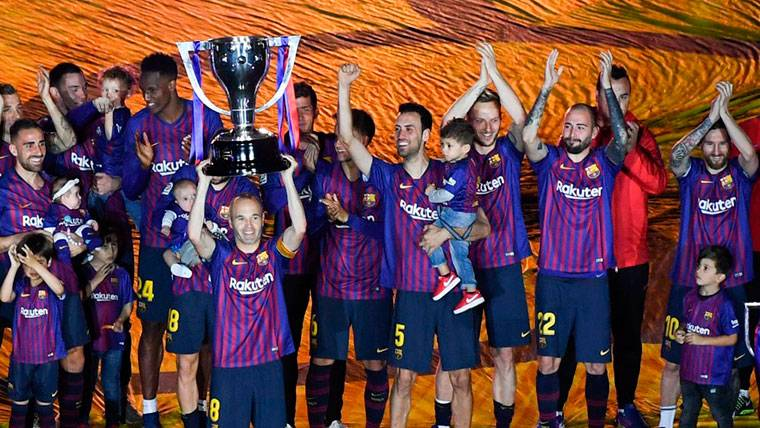 El Barça recibió el trofeo de LaLiga e Iniesta lo levantó