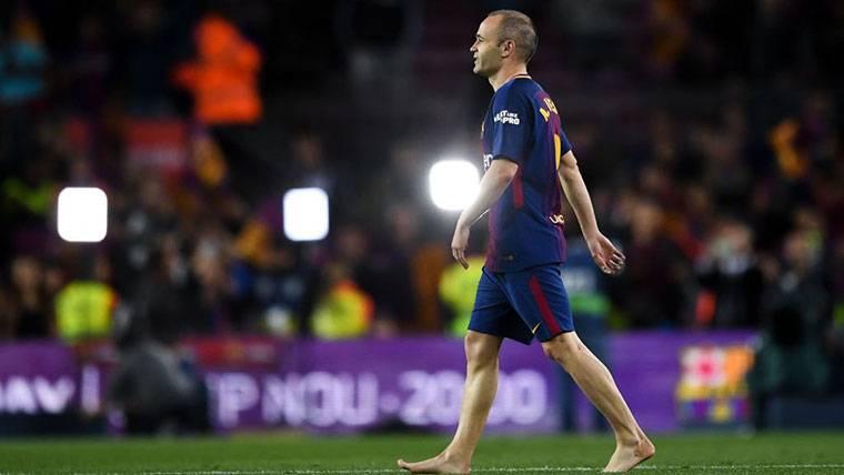 Bonito gesto de Iniesta con la afición del Barça en el Camp Nou