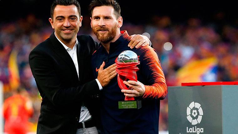 'Pichichi' Messi recibió de Xavi el premio al Mejor Jugador de Abril