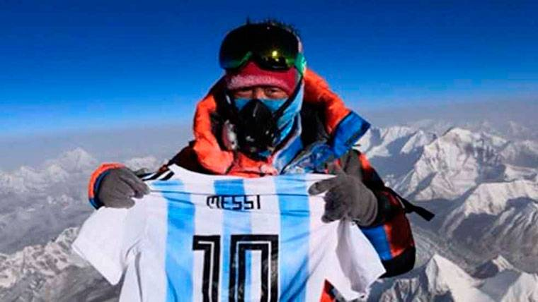 La camiseta albiceleste de Leo Messi... ¿En la cima del Everest?