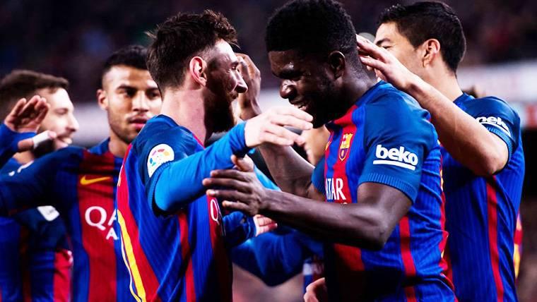 Samuel Umtiti, abrazándose con Messi tras un gol del Barça