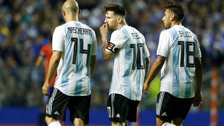 Messi y Mascherano, charlando durante un partido de Argentina