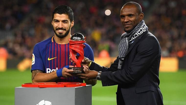 Éric Abidal, entregando un premio a Luis Suárez