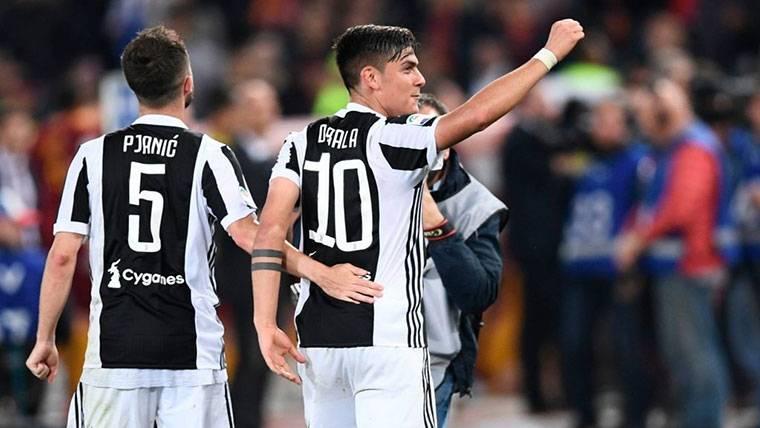 Miralem Pjanic, celebrando junto a Dybala un gol con la Juventus