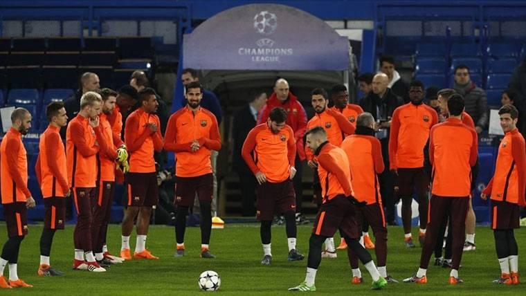 El FC Barcelona, entrenando en el Camp Nou antes de un partido