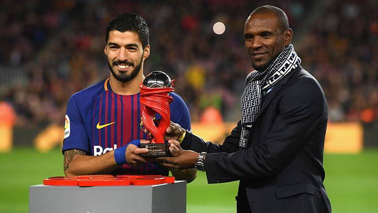 Eric Abidal durante la entrega de un premio de LaLiga a Luis Suárez