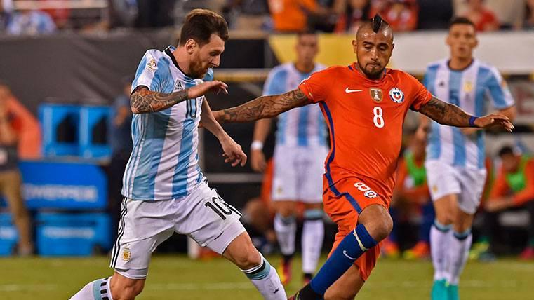 Leo Messi y Arturo Vidal en un partido de la Copa América 2016