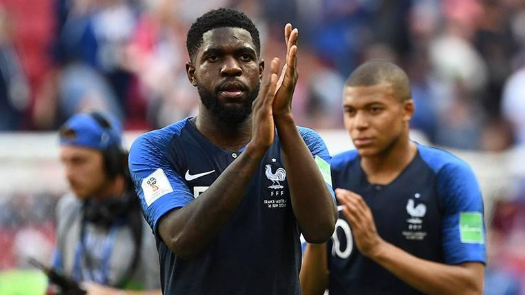 Samuel Umtiti aplaude al final de un partido de la selección francesa