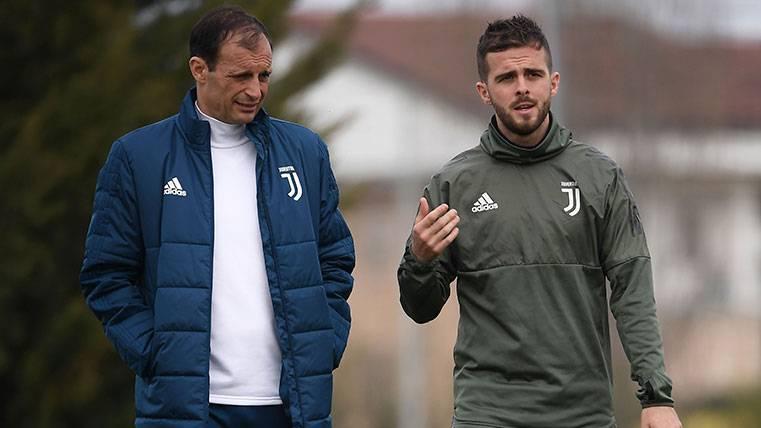 El agente de Pjanic asegura que conoce el interés del Barça pero que la Juve decide