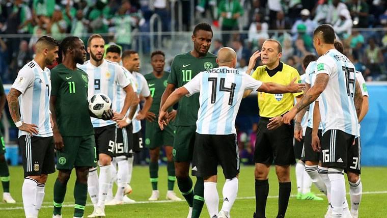 El VAR no lo cambia todo: Penalti muy polémico de Mascherano