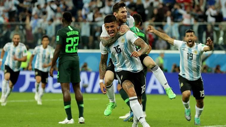 Leo Messi y Marcos Rojo, celebrando el gol marcado contra Nigeria