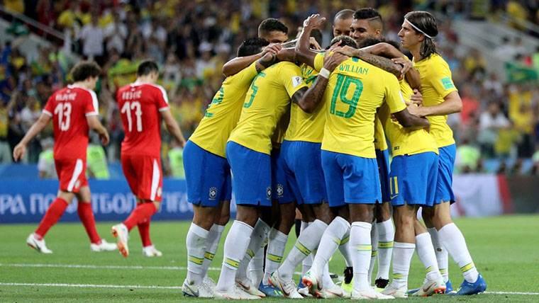 Paulinho y Thiago Silva guían a Brasil a octavos del Mundial (2-0)