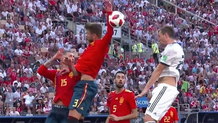 Penalti claro de Gerard Piqué para dar esperanzas a Rusia