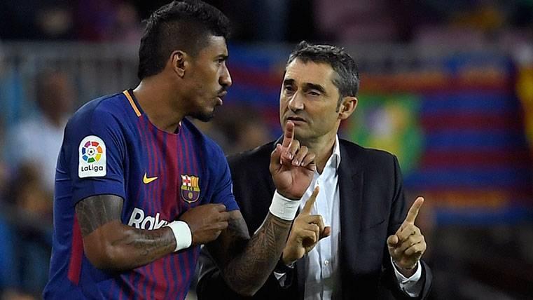 Paulinho y Ernesto Valverde dialogan en un partido del FC Barcelona