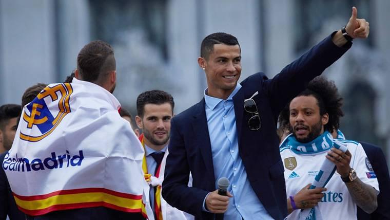 Cristiano Ronaldo, saludando a los aficionados del Real Madrid