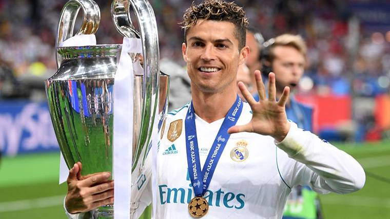 Cristiano Ronaldo, posando con un trofeo de Champions League
