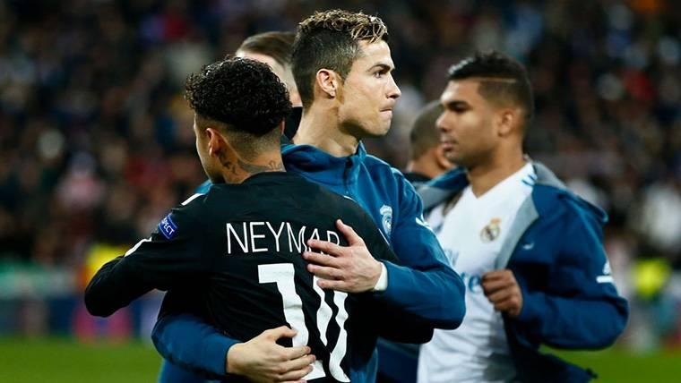 Neymar Jr y Cristiano, saludándose antes de un PSG-Real Madrid